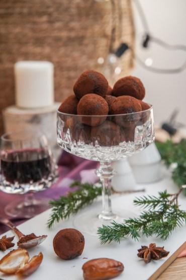 Gesund naschen mit diesen Energyballs ganz ohne Zucker. Die Low Carb Süßigkeit ist wunderbar weihnachtlich und schokoladig süß. Energiekugeln gehen super schnell und einfach, das Rezept findet ihr auf dem Blog | Ichsowirso.de