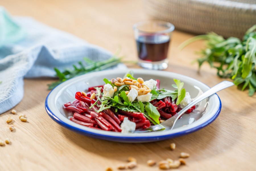 Rote Pasta als Low Carb Variante mit Linsennudeln. Ein super gesundes vegetarisches Gericht mit rote Beete und Rotwein Sauce. Dieses leichte Rezept ohne Kohlehydrate gibt es jetzt auf dem Blog | Ichsowirso.de