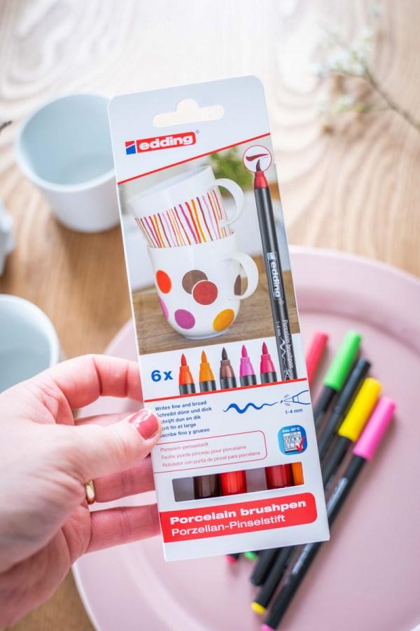 Die bunten Becher habe ich mit den Porzellan Pinselstiften von edding gestaltet und nutze sie als Platzkarte und gleichzeitig als kleines Geschenk für meine Gäste. Ein DIY für den Brunch findet ihr dau auf dem Blog. | Ichsowirso.de