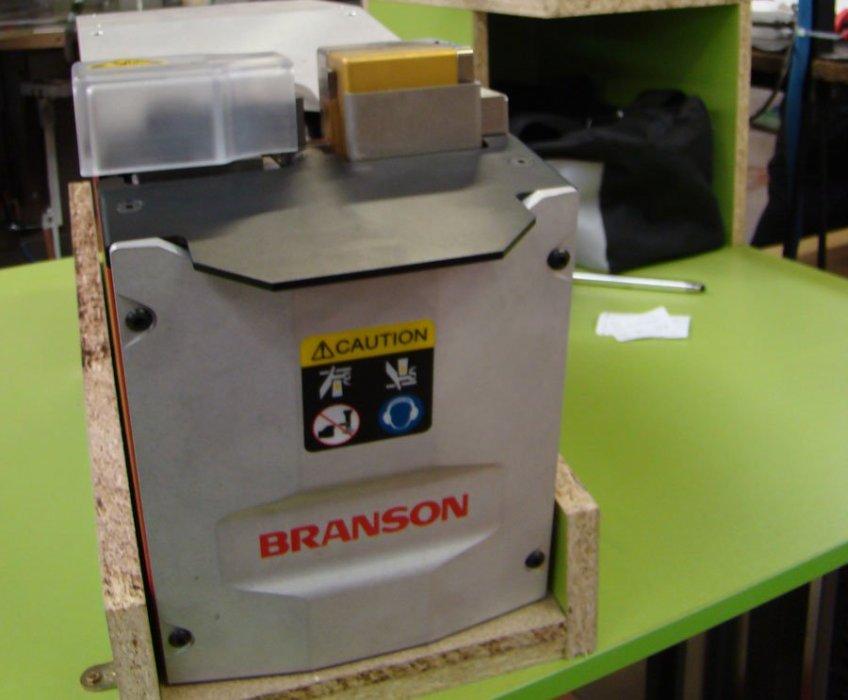 Branson con sistema de soldadura ultrasónica