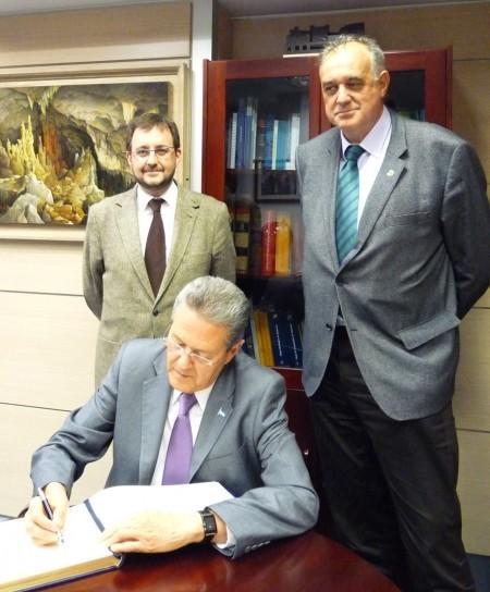 El Exmo. Embajador de Honduras, Don Norman García firma en el Libro de Honor del Colegio Oficial de Geólogos.