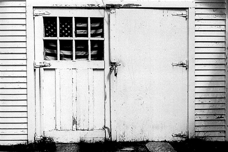 Robert Frank, Garage patriottico nel Maine, 1955