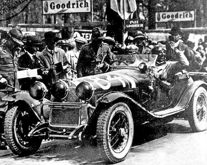 Nuvolari y su copiloto Battista Guidotti (saludando) a la llegada en la Mille Miglia de 1930