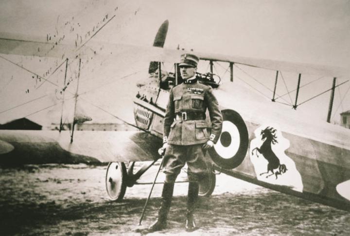 Francesco Baracca y su avión de combate con el famoso Cavallino Rampante, probablemente inspirado en el escudo de Stuttgart tras abatir a un avión alemán – de ahí la similitud con el caballo del escudo de Porsche, cuya sede está en la ciudad alemana