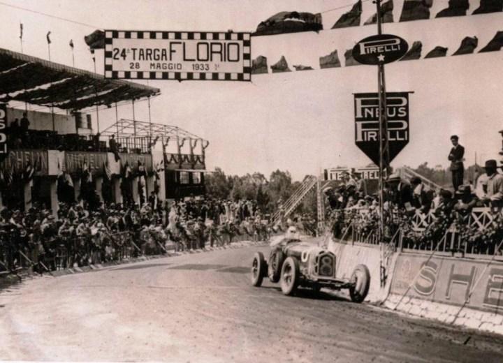 Antonio Brivio camino a la victoria en la Targa Florio de 1933, con un Alfa Romeo de la Scuderia Ferrari.
