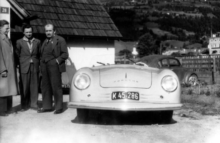 Ferry Porsche con su padre y Erwin Komenda en 1948 | Foto: Porsche AG