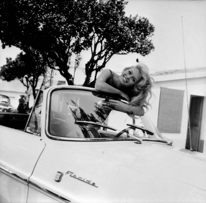 Brigitte Bardot posando desde un Renault Floride a principios de los '60 | Keystone-France:Gamma