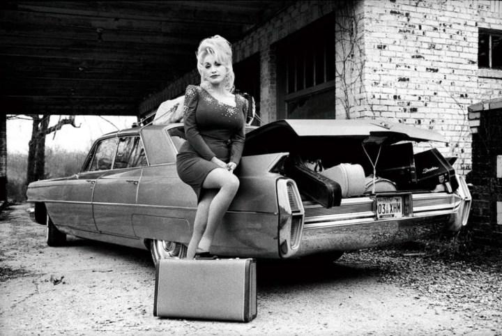 Dolly Parton posando con un Cadillac del '64 para el album Hungry Again en 1998