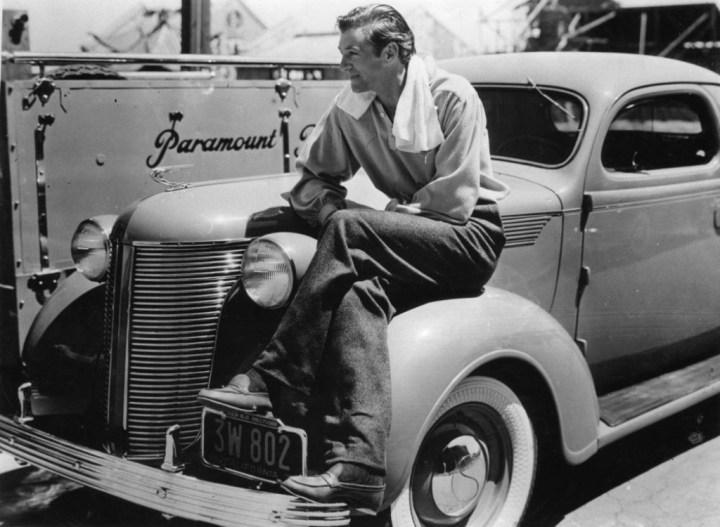 Gary Cooper sentado sobre su De Soto en las instalaciones de la Paramount en 1937 | akg-images:Imagno