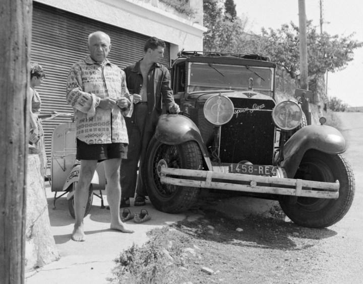 Pablo Picasso con su hijo Paul y su Hispano Suiza en Vallauris en 1953 | Edward Quinn Archivo:ArteF