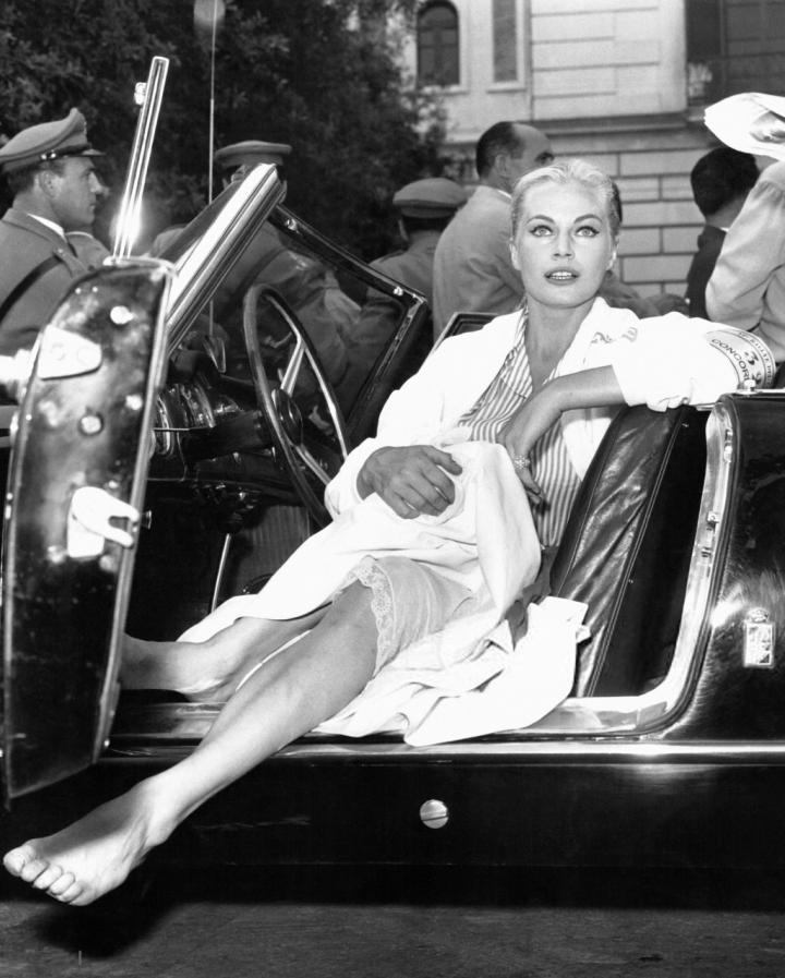 Anita Ekberg saliendo de su coche en un festival de cine en Castrovillari, Italia, hacia 1960 | Keystone:Hulton Archive:Getty Images