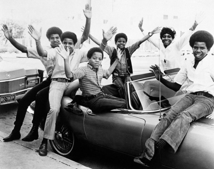 Diana Ross con los Jackson 5 a bordo de su Jaguar E-Type en 1970 | Larry Kastendiek/Getty