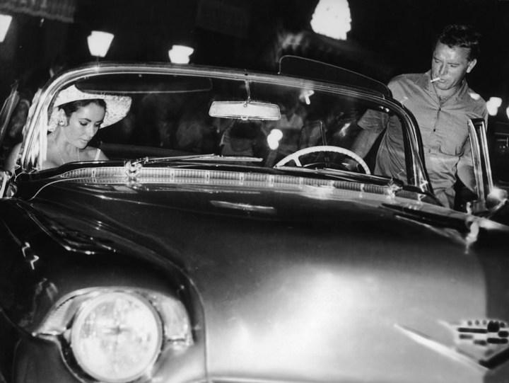 Elizabeth Taylor y Richard Burton saliendo de comer de un restaurante en la Piazza Navona de Roma en 1962 | Keystone/Hulton Archive/Getty Images