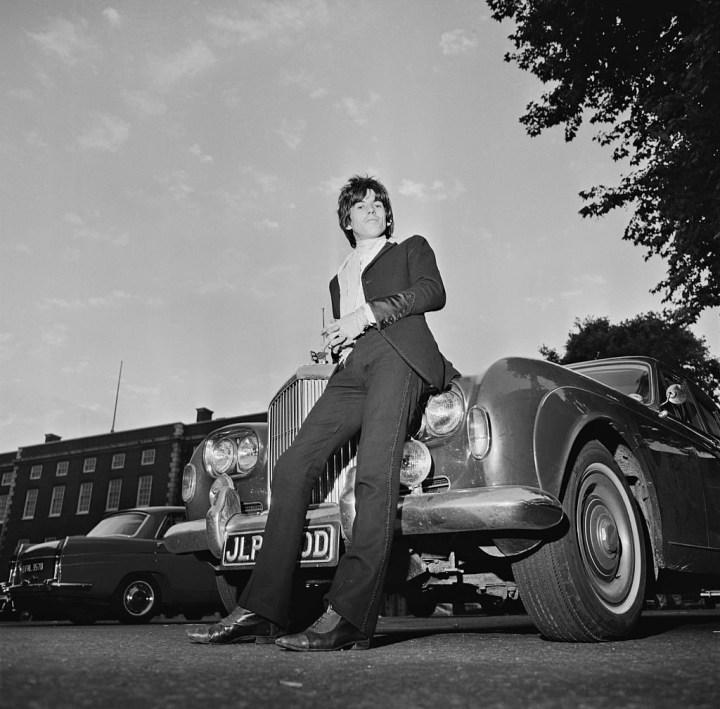 Keith Richards apoyándose sobre su Bentley en 1967 | Norman Potter/Hulton Archive/Getty Images