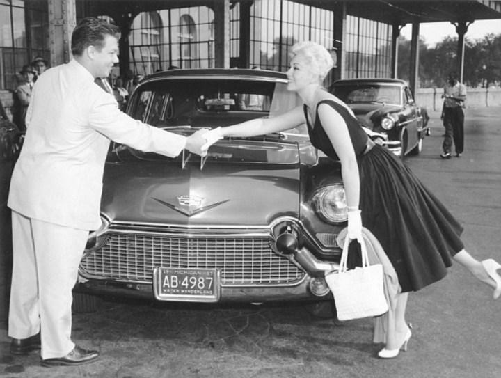 Kim Novak tomando posesión de su nuevo Cadillac en 1957