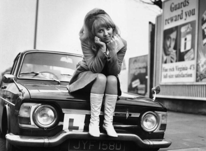 La cantante británica Lulu sobre un Renault 10, descepcionada por no haber pasado el examen de conducir | Jim Gray/Hulton Archive/Getty Images