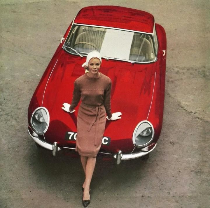 La modelo Bobo White posando con un Jaguar E-Type para la portada de Motor en 1964 | Marc Dimac