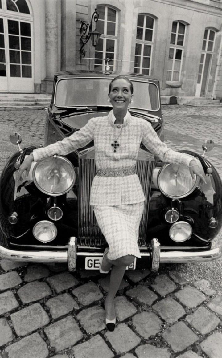 Marisa Berenson apoyada en un Rolls-Royce en 1969 | Condé Nast Archive