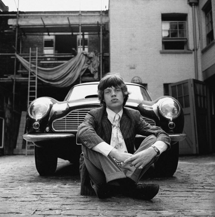 Mick Jagger con su Aston Martin DB6 en Londres en 1966 | Gered Mankowitz