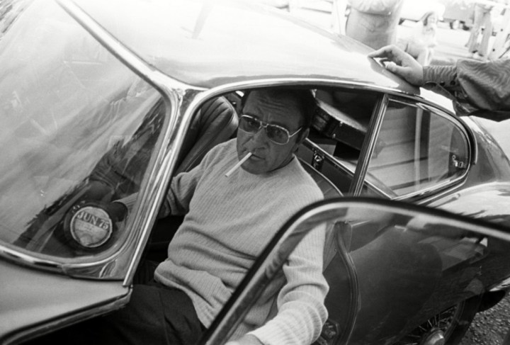 Richard Burton saliendo de un Jaguar E-Type en 1974
