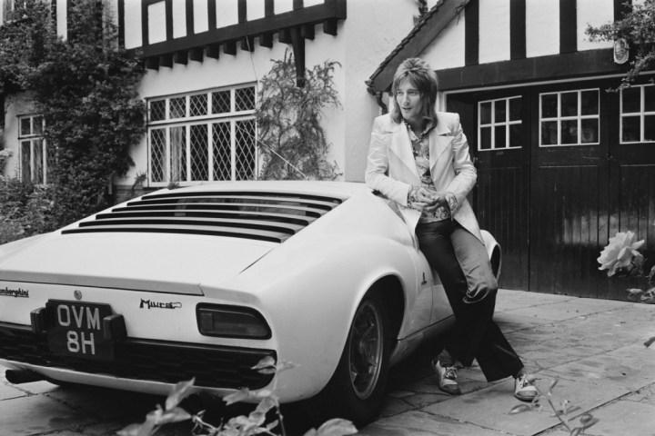 Rod Stewart con su Lamborghini Miura apodado Maggie May hacia 1971 | Victor Blackman/Getty Images