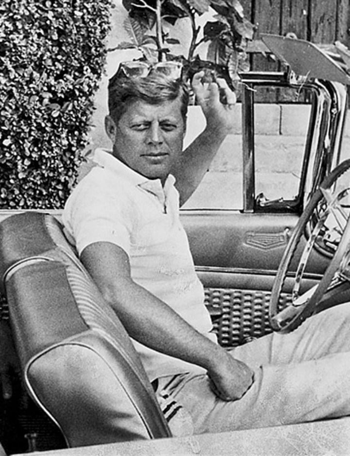 Stars & Cars 3 John F. Kennedy de camino al campo de golf de Palm Beach, Florida, en noviembre de 1959 | AP