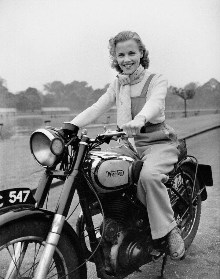 Stars & Cars 3 La actriz Honor Blackman con su Norton Big Four en Hyde Park, Londres, en mayo de 1949 | PA Images:Getty Images