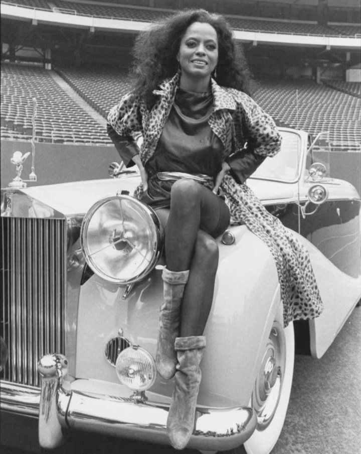 Stars & Cars 3 La cantante Diana Ross, sobre el capó de su Rolls-Royce de 1949 | The LIFE Picture Collection via Getty Images