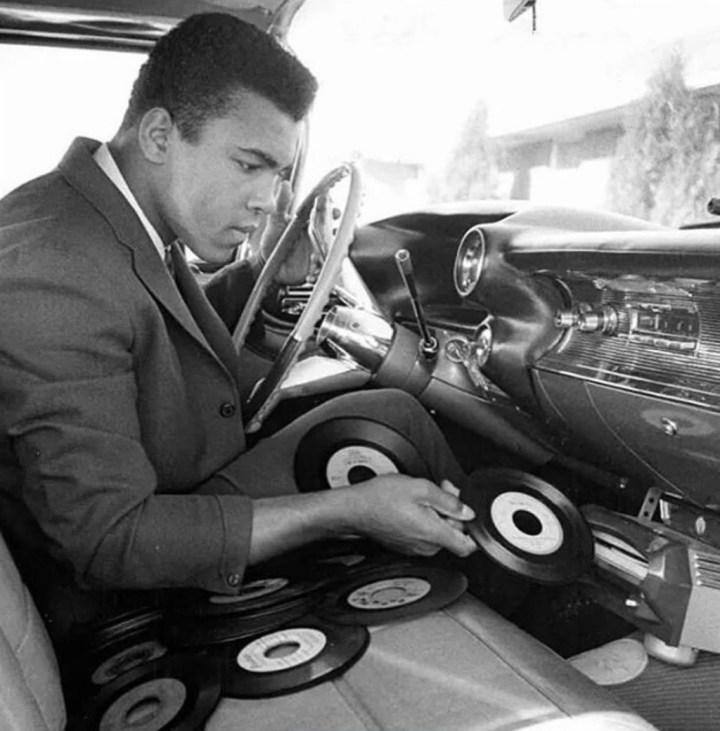 Stars & Cars 3 Muhammad Ali cambiando discos en su Cadillac Eldorado en 1968