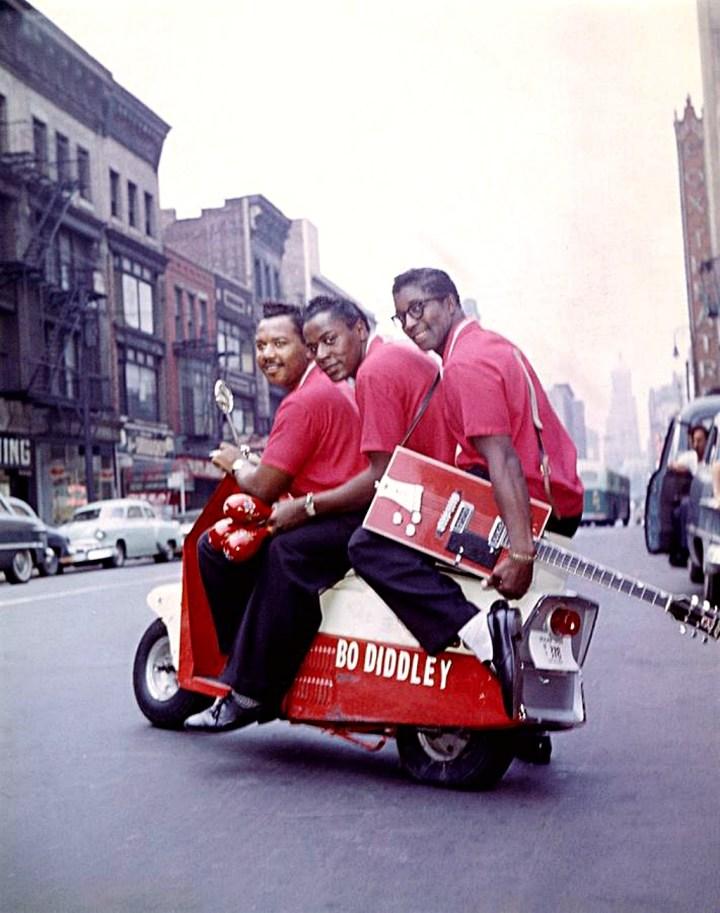 Bo Diddley (dcha.) sentado sobre un scooter junto a su banda en Nueva York en septiembre de 1959 | Ochs Archives:Getty Images