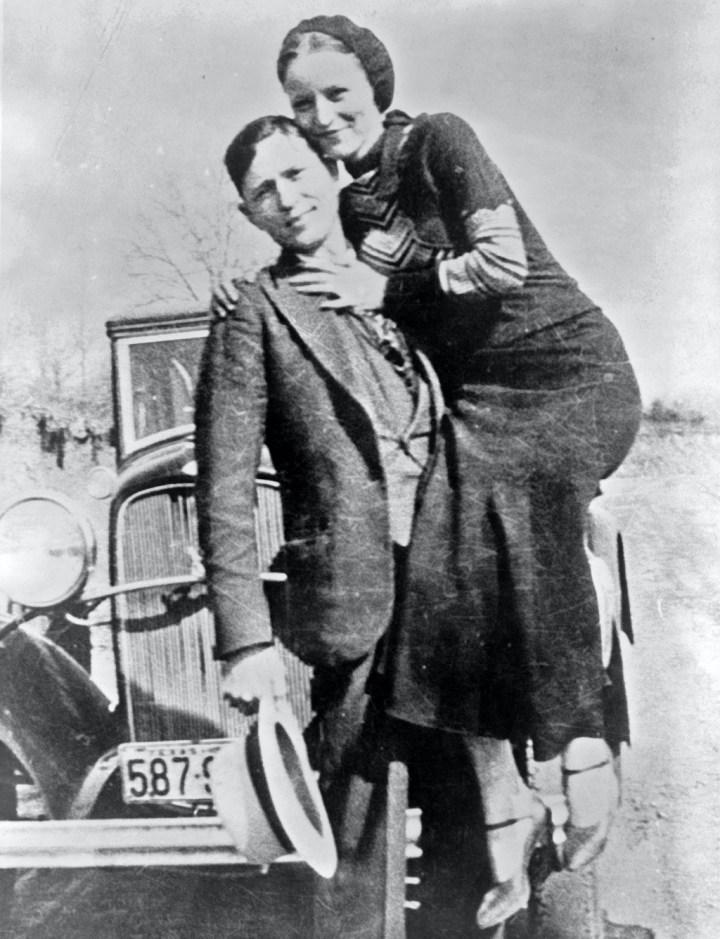 Bonnie Parker y Clyde Barrow, mejor conocidos como Bonnie & Clyde, con su Ford V8 en algún momento entre 1932 y 1934 | Pictorial Press Ltd : Alamy Stock Photo
