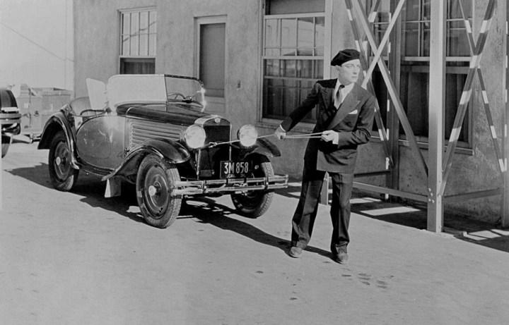 Buster Keaton tirando de un coche durante unn rodaje en 1930 | John Kobal Foundation:Getty Images 1930