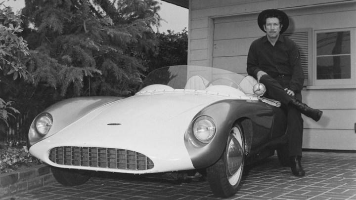 El actor Richard Boone junto a su Devin Monza Porsche | Bob D'Olivo:SIM:Getty Images