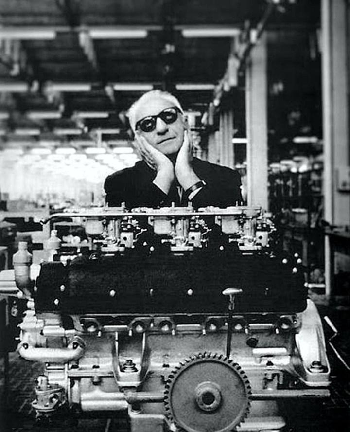 Enzo Ferrari junto a un motor Colombo V12 de la marca