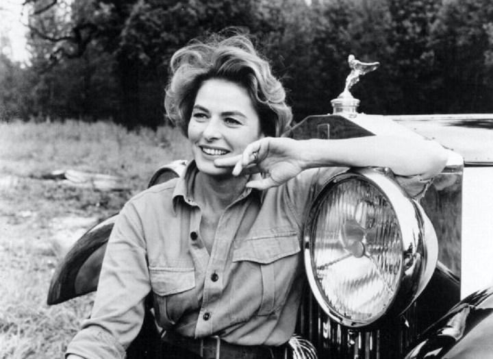 Ingrid Bergman sentada en el paragolpes de un Rolls-Royce en 1964 | Anthony Asquith