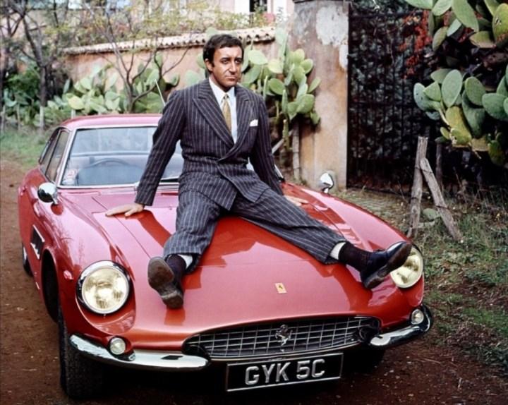 Peter Sellers sentado sobre su Ferrari 500 Superfast durante el rodaje del documental Peter and Stanley