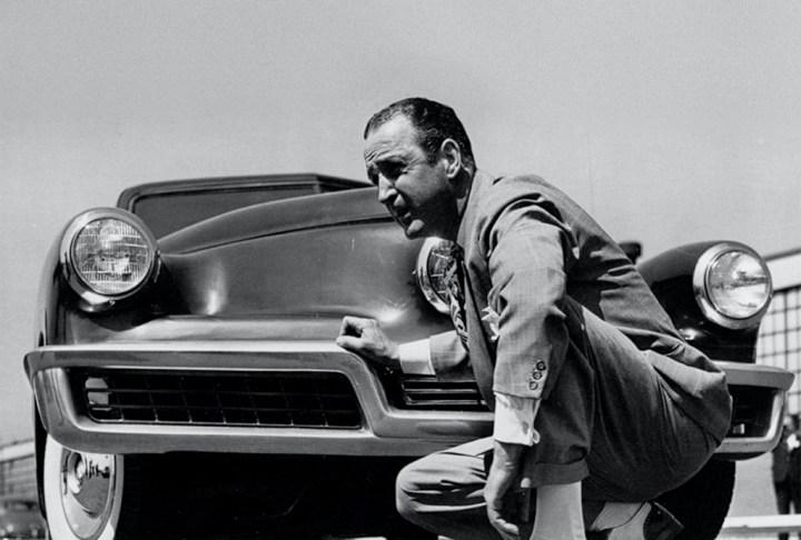 Preston Tucker delante de uno de sus Tucker en 1948
