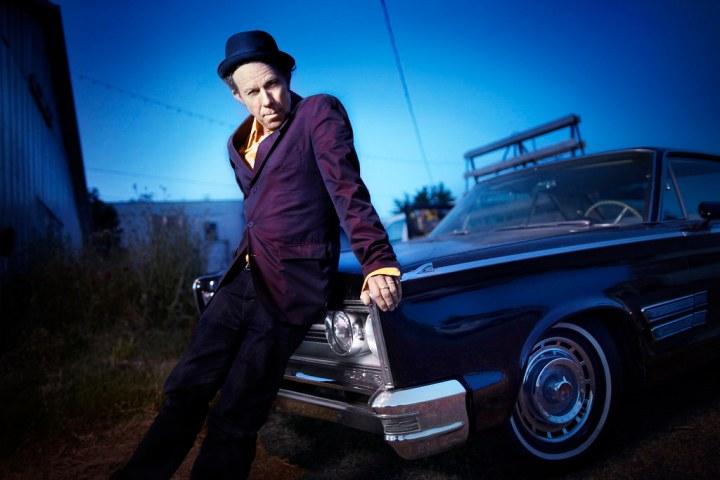 Tom Waits apoyado sobre un Chrysler 300 del 65 | Jesse Dylan