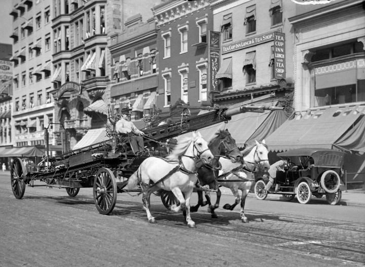 El último carro de bomberos tirado por caballos en Nueva York dejó de prestar sus servicios en 1922