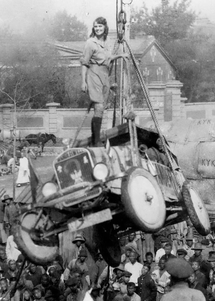 Stars & Cars: Aloha Wanderwell, 'la Amelia Earhart del automóvil' sobre un Ford T en uno de sus múltiples vajes | The Nile Baker Trust-Richard Diamond