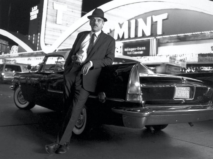 Stars & Cars: El actor Dennis Farina en una foto promocional de la serie 'Crime Story' a finales de los años 80 | NBC Photo