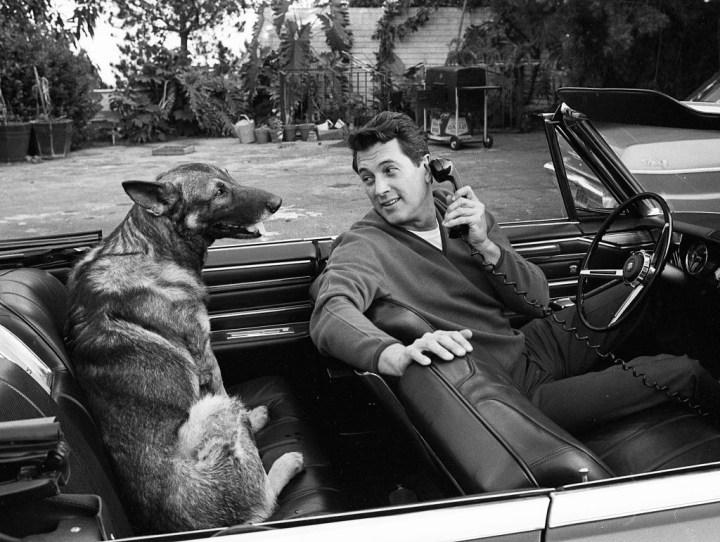 El actor Rock Hudson sentado junto a su perro en su casa de hollywod el 7 de marzo de 1967 | Vittoriano Rastelli:Corbis:Getty Images