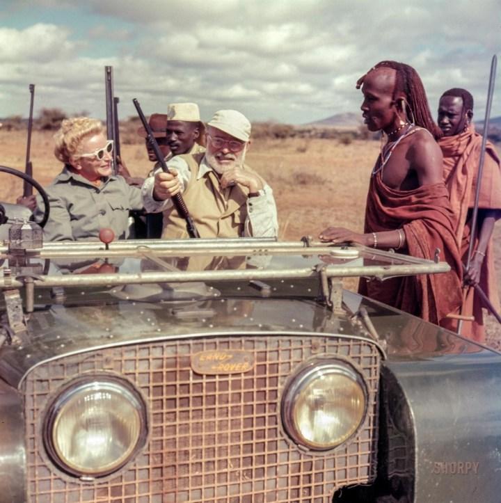 Stars & Cars: Ernest y Mary Hemingway en un Land Rover durante un safari en Kenya en febrero de 1953