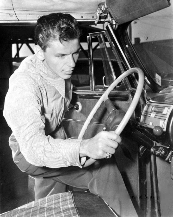 Frank Sinatra poniéndose al volante de su coche hacia 1945