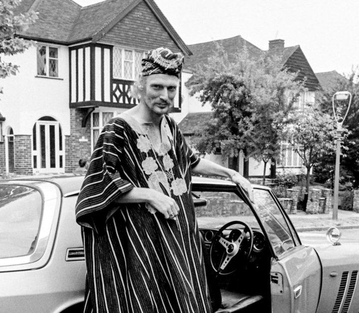 Stars & Cars: Ginger Baker, batería de los Cream, con su Jensen FF en su casa en Harrow.