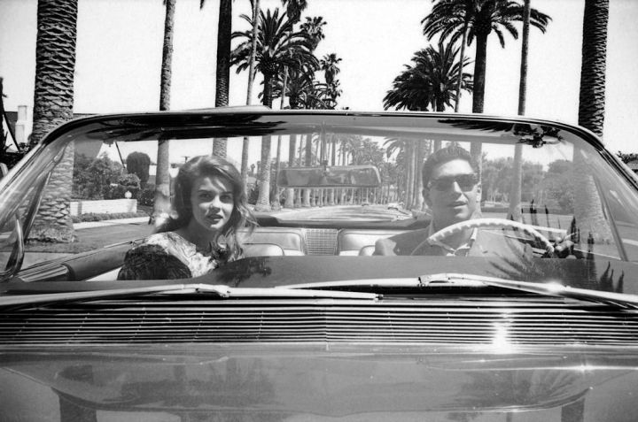 La actriz Ann-Margaret y el jugador de baseball Bo Belinsky dando una vuelta con su Cadillac descapotable por Los Ángeles en mayo de 1962 | Don Cravens:The LIFE images collection:Getty IMages