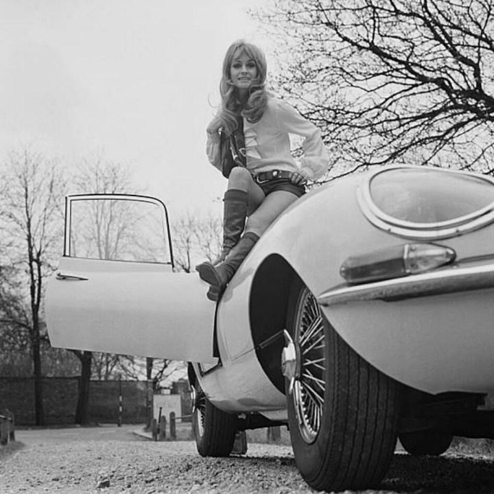 Stars & Cars: La actriz británica Suzy Kendall junto a un Jaguar E-ype