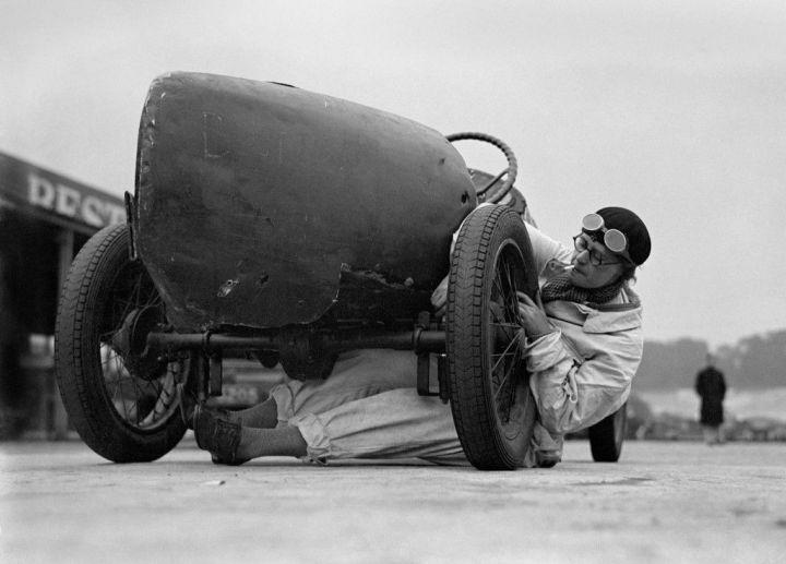 La mecánica J. Alwynne en el circuito de Brooklands en julio de 1931