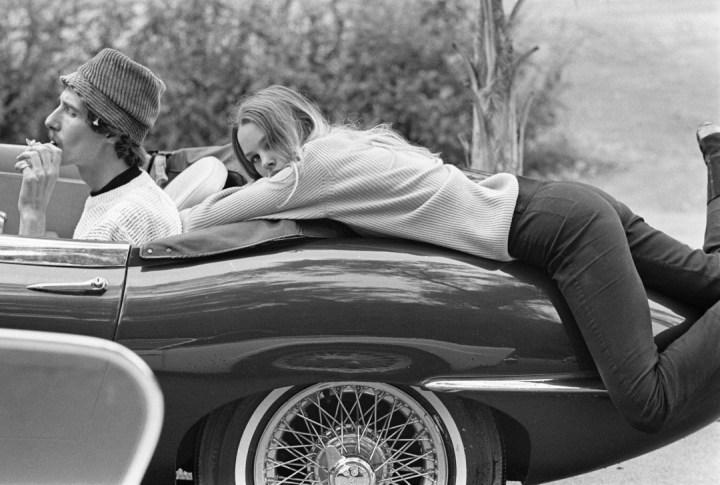 Stars & Cars: Papa John y Michelle Philips de The Mamas and the Papas en 1967