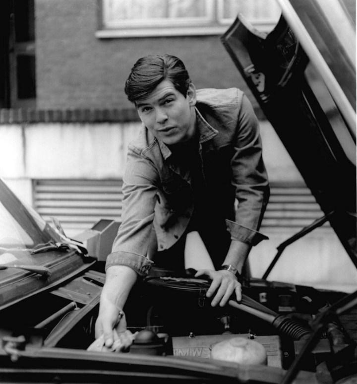 Pierce Brosnan con su BMW hacia 1978